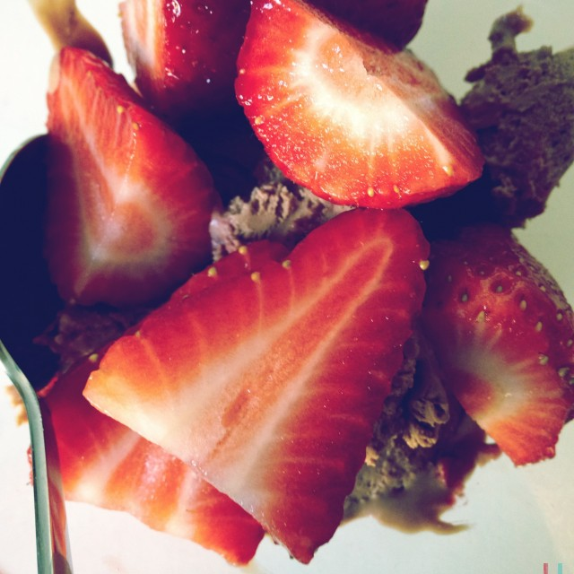 Schokoladeeis und Erdbeeren. Mjam.